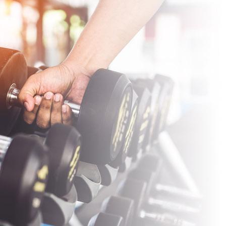 atleta en gimnasio que hace la carga de creatina