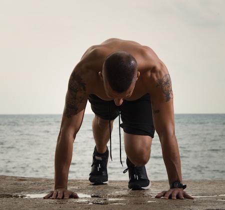 atleta que utiliza proteínas para mejorar su resistencia y rendimiento deportivo