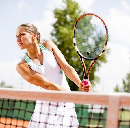 chica sujetando raqueta jugando al tenis, un deporte interválico