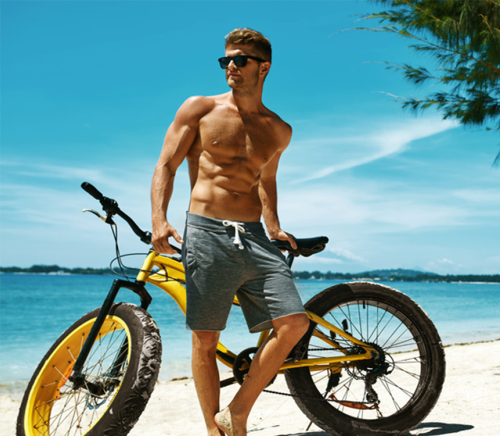 Chico fitness con abdominal definido en tienda online de nutrición deportiva