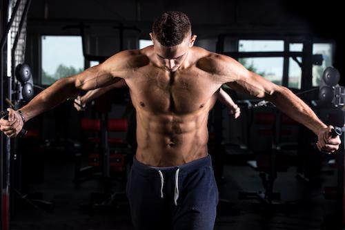 chico fitness haciendo pesas para reducir grasa