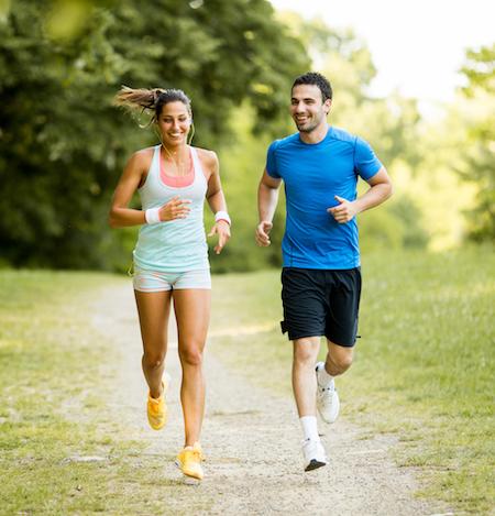 chico y chica corriendo para mejorar rendimiento y recuperación