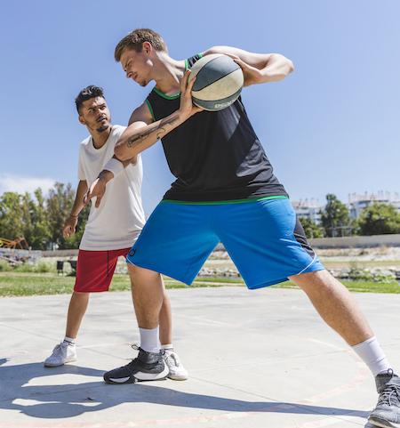 chicos jugando al baloncesto, un deporte interválico