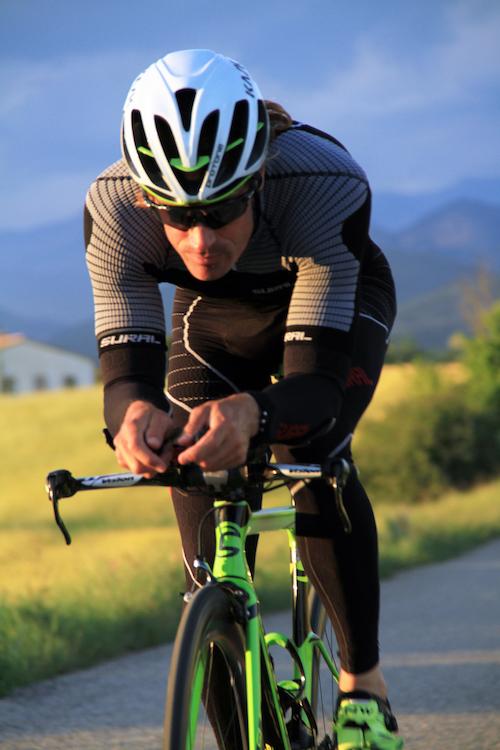 ciclista que mejora su rendimiento con suplementos deportivos