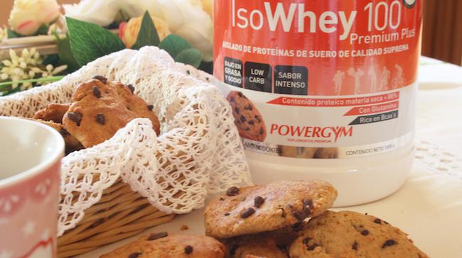 bodegon de cookies fitness con pepitas de chocolate para tu nutrición deportiva con Isowhey 100 premium