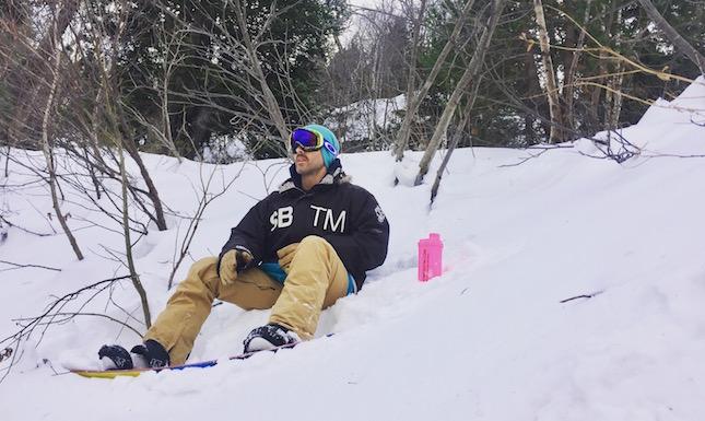 deportista de snowboard con coctelera rosa