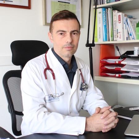 Dr. Iván Ibáñez, especialista en medicina antiaging, en su consulta