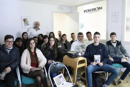 el primer grupo de estudiantes tras la charla de suplementación deportiva
