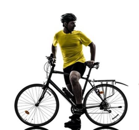Hombre en bicicleta para mejorar su recuperación post ejercicio