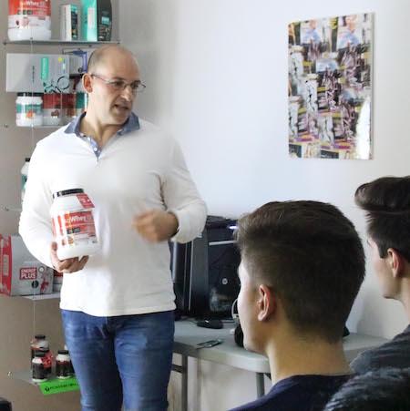 Joan Canals durante la charla sobre suplementos deportivos con los estudiantes de dietética