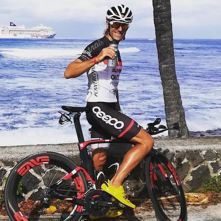 Joan Capdevila en bicicleta con bidón de Isopower en IronMan Hawaii
