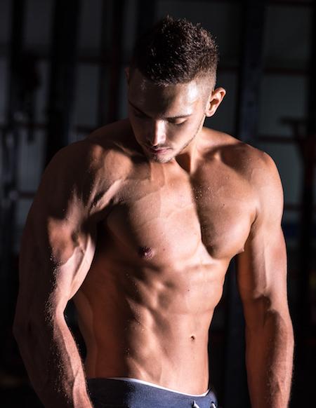 joven posado que quiere ganar masa muscular con suplementos deportivos
