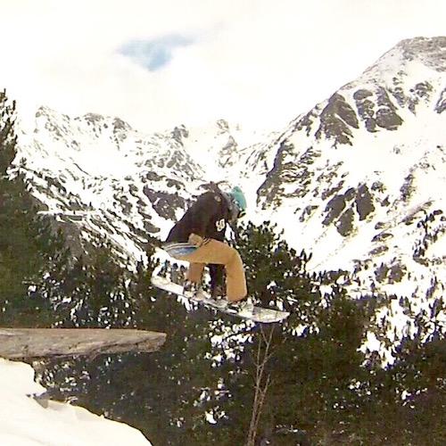 Chico con snowboard y suplementos deportivos