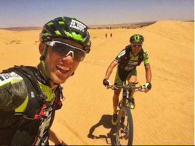 momentos de la titan desert con nuestros suplementos deportivos y roberto bou