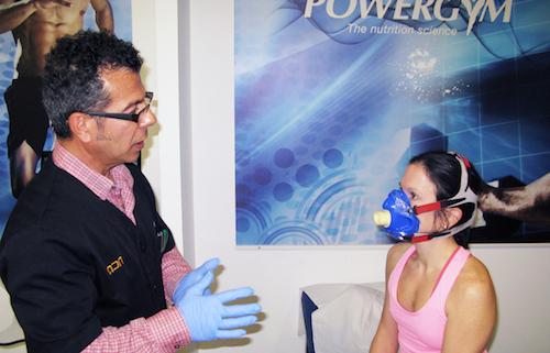 Pep Curiel explica qué es un esstudio metabólico a una deportista