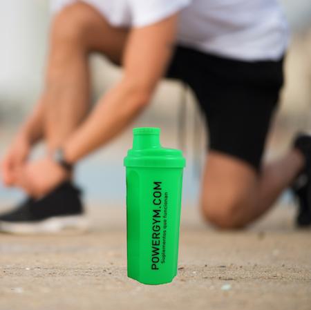 deportista con shaker verde con proteínas de alta calidad