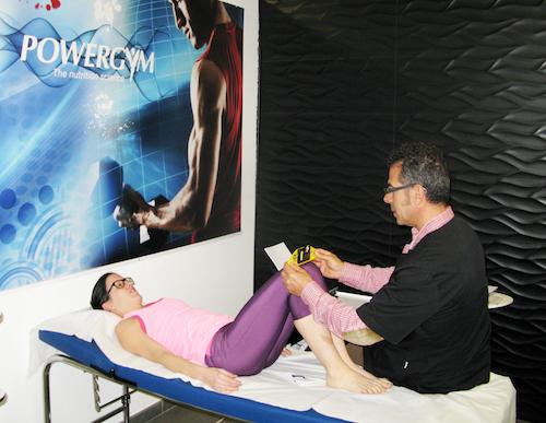 Prueba de estudio metabólico sobre camilla con mujer deportista