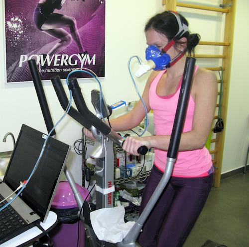 prueba de gases durante un estudio metabólico en una mujer deportista